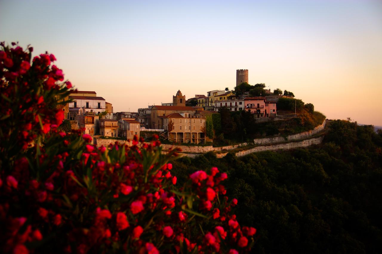 Lo splendido borgo di Piraino al tramonto
